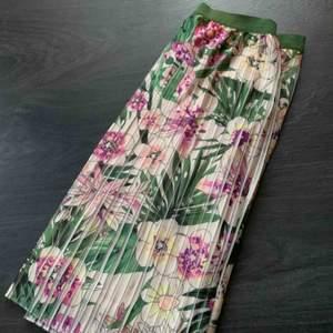 Superfin blommig kjol ifrån More & More, aldrig använd. Köparen står för frakt❤️