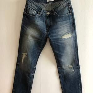 Jättefina jeans. Är dock för små för mig. Knappt använda. Kan hämtas i Malmö, är lite osäker på exakt fraktkostnad.