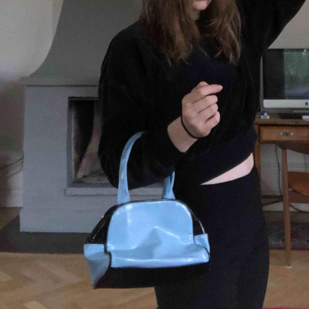 Super cool liten väska köpt secondhand. Tryck på ena sidan men gillar man inte det så är det bara att vända på väskan som jag gjort på bilderna❤️. Väskor.