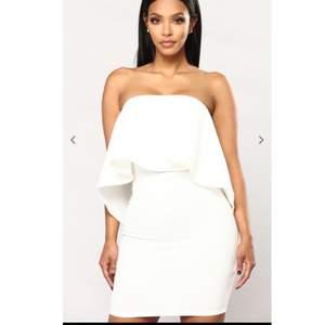 En vitt/studentklänning från FashionNova men en dragkedja bakifrån. Klänningen är i jätte bra skick , används bara några timmar, den är tvättat och ren.