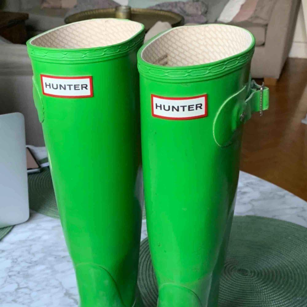 Äppelgröna stövlar från Hunter. Snygga och unika😍Fleecesockor i svart ingår i priset. Möts helst upp i Stockholm eller postar. Frakt betalar köparen, hör av er om ni har några frågor💞. Skor.