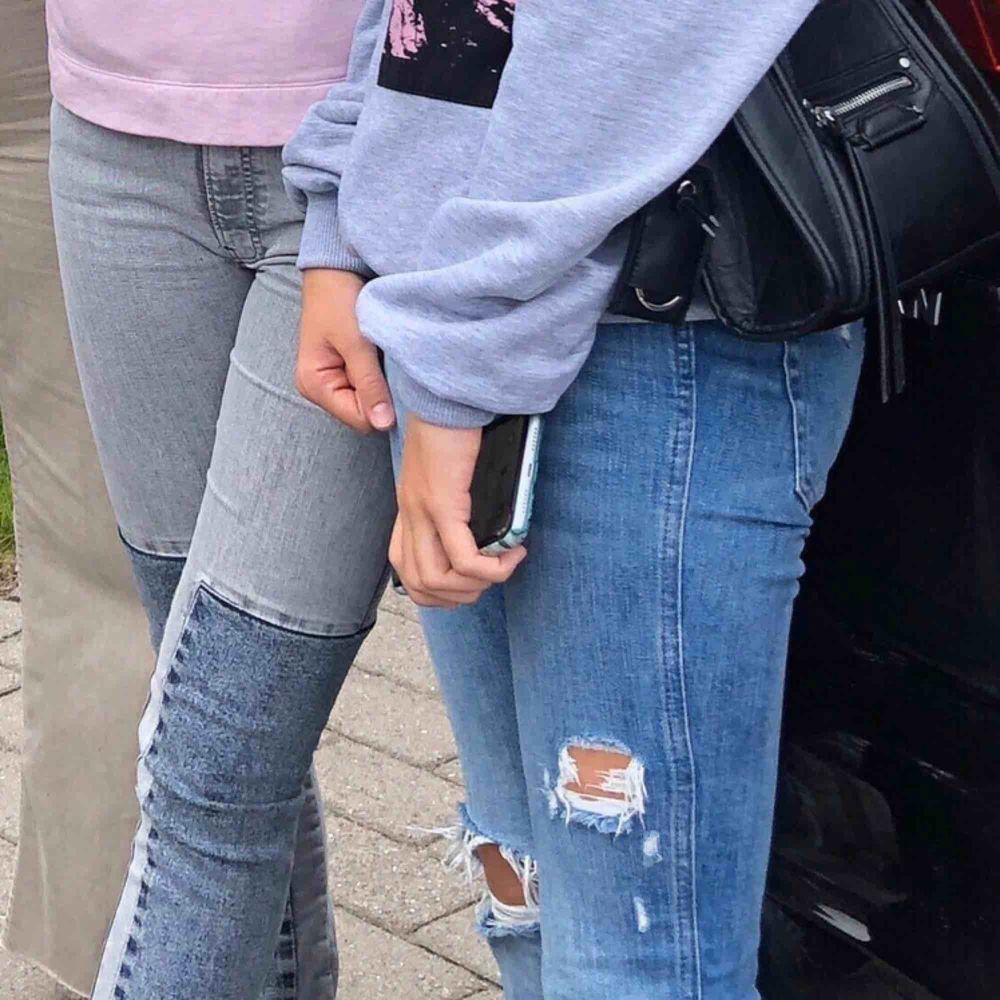 Säker dem gråa jensen, passar en xs/ liten s. Jag är 160 och de går ned till foten på mig. Vid fler bilder skriv.🥰🕊. Jeans & Byxor.