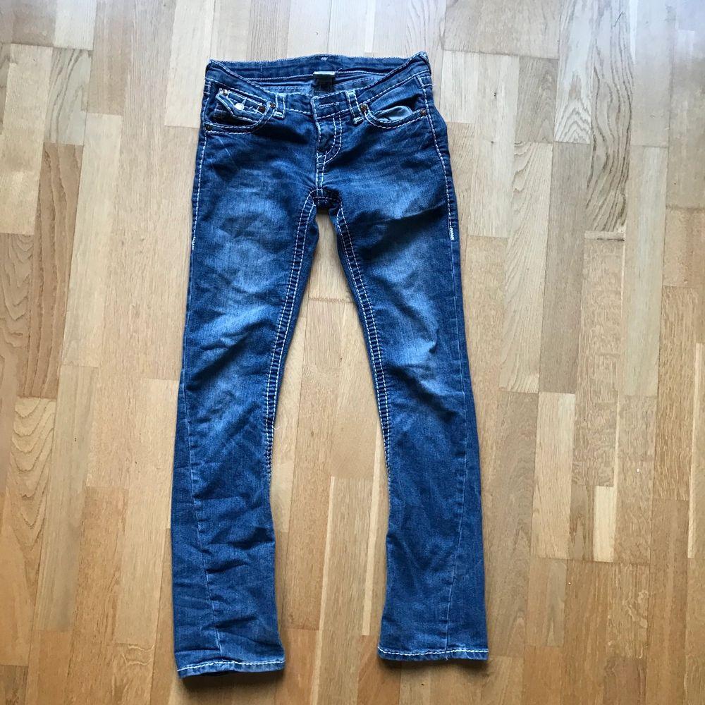 Snygga byxor, sitter tajt med lite utsvängande nederdel. Lite karaktär då dem är några år gammal men det gör dem nästan snyggare enligt mig. Jag behöver köpa nya jeans så därav släpper jag denna.. Jeans & Byxor.