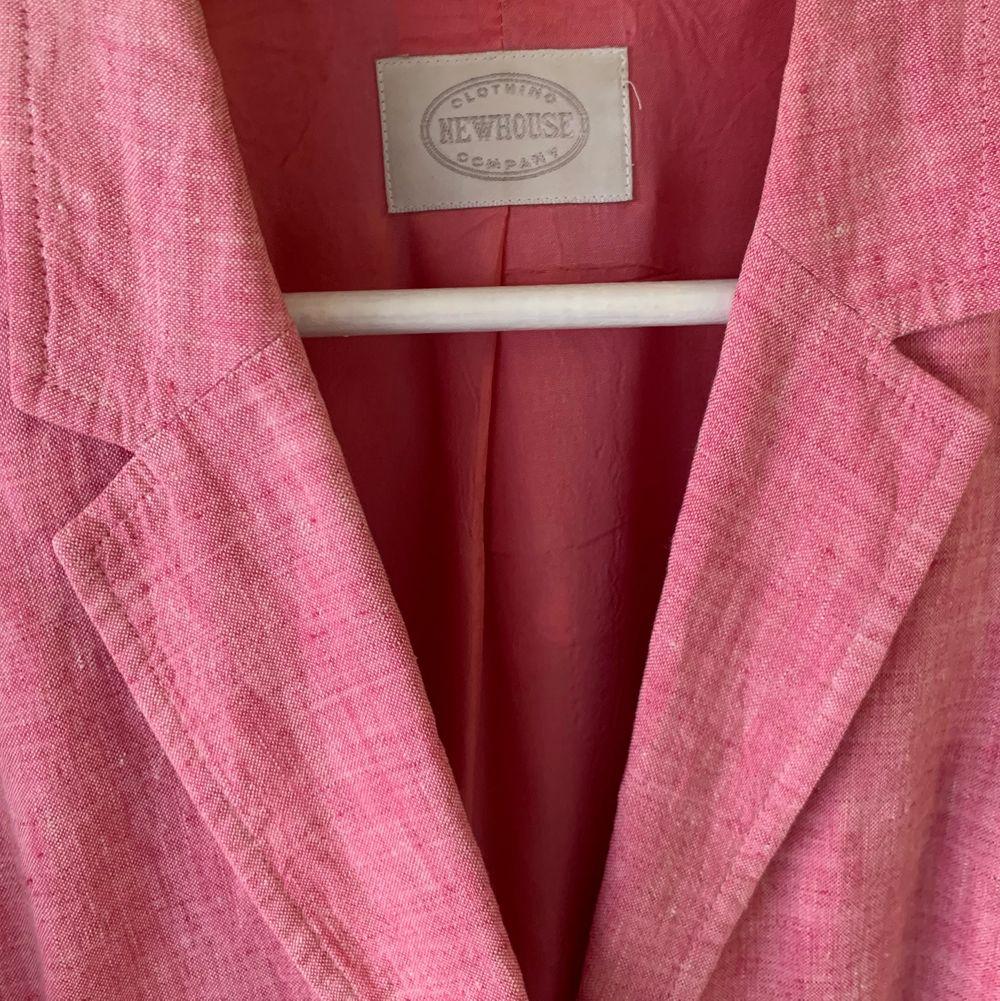 Superfin kavaj i allas favoritlagets linne! Somrig rosa färg med vita knappar. Toppskick! Köpare står för frakt.. Jackor.