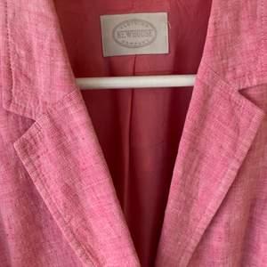 Superfin kavaj i allas favoritlagets linne! Somrig rosa färg med vita knappar. Toppskick! Köpare står för frakt.