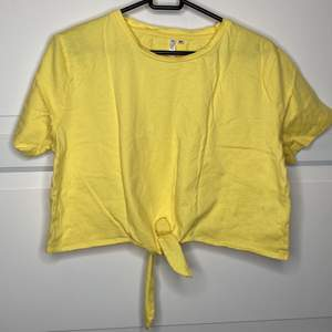En lätt oversized gul croptop med gullig knytdetalj i fram (inte knuten ordentligt på bilden)! ☀️ {Köpare står för frakt eller hämtar i Upplands Väsby!}