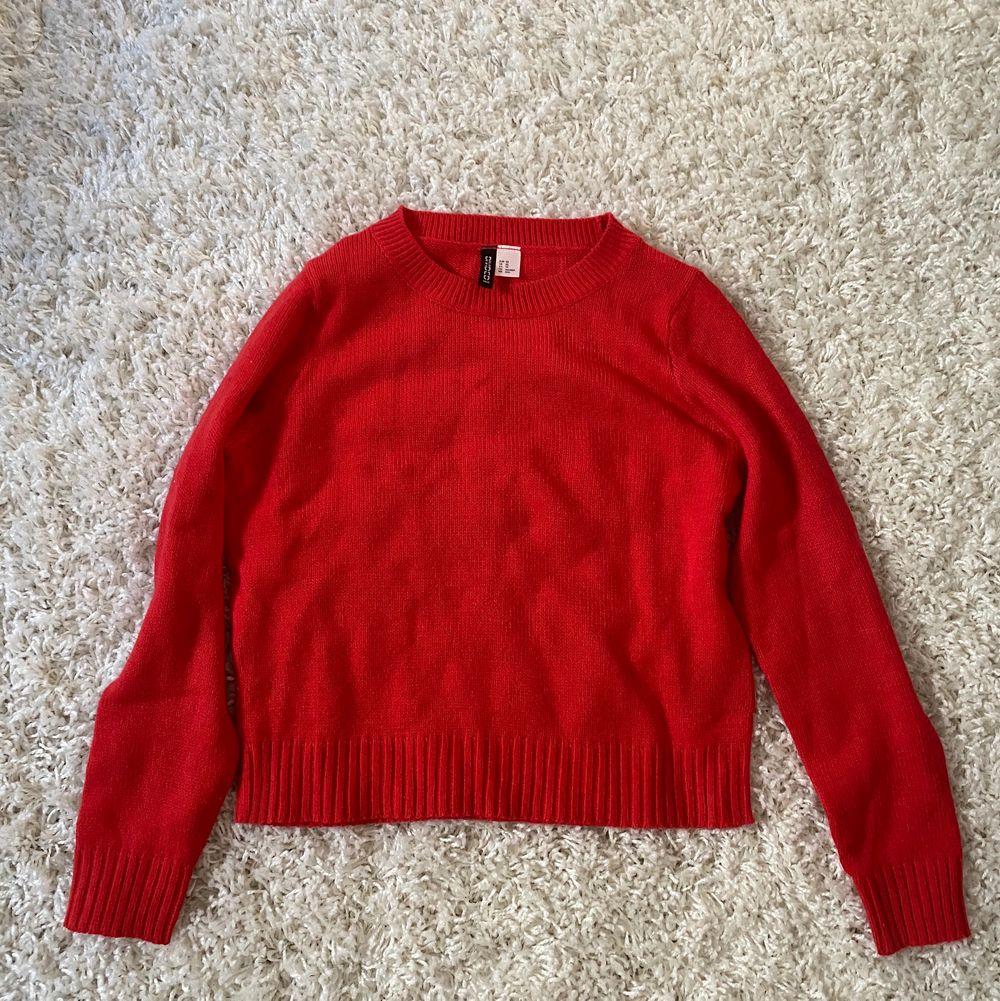 En röd stickad tröja, aldrig använd förutom på bilden i provrummet. Köparen står för frakten, skriv vid intresse ✨. Stickat.
