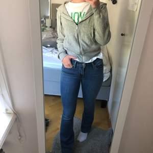 Bootcut jeans från Levis i modellen 715. Sparsamt använda, mycket bra skick!  Strl: Waist: 25 (stretchiga) Längd: 30 (är lagom långa på mig som är 163)  Nypris: 1300kr Mitt pris: 450