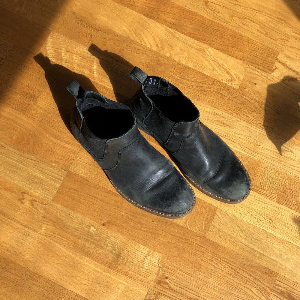 Svarta boots med resår från Pace. Lite slitna längst fram och behövs smörjas men annars fint skick!. Skor.