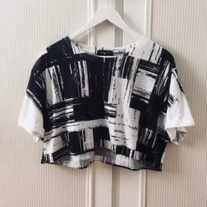 Croppad tshirt, originalet från New Look Man. Avklippt och enkel raksöm sydd längs nederkant, kan strykas till men inte nödvändigt. Oversized, billig pga vill bli av med (: