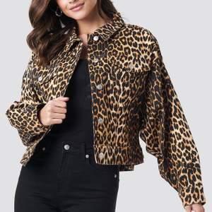 Oversized jeansjacka från nakd i leopard. Väldigt lite använd därför i ett väldigt fint skick. Storlek xs men eftersom den är oversize passar det även s och m beroende på hur man vill att den ska sitta. Köpare står för frakt!