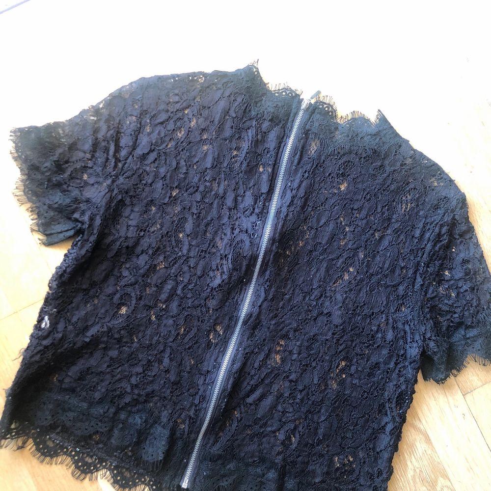 Säljer denna festliga, transparenta spetsblus från Zara. Hög krage och dragkedja i ryggen. Storlek L (liten i modellen). Använd endast ett par gånger så i väldigt fint skick! 99 kr + frakt . Blusar.