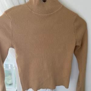 En basic beige tröja med liten polokrage, Frakt ingår och kontakta mig vid frågor eller mer bilder