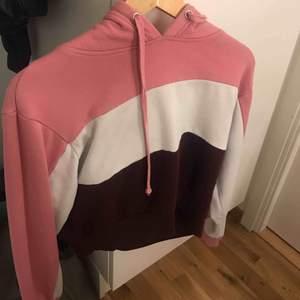En croppad hoodie.