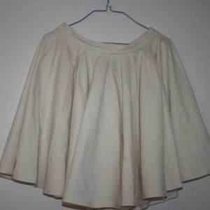 """HM kjol, som jag tror är från deras premium kvalité (inte säker, men ny priset var 500, vilket hm kanske inte brukar kosta). Den är vad jag skulle kalla skater-skirt och har rätt mycket """"puff"""""""