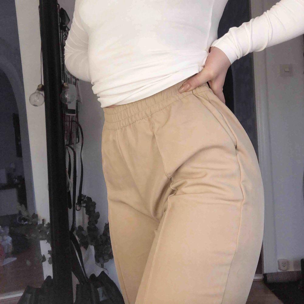 Skitsnygga kostymbyxor från NAKD som tyvärr inte kommer till användning. Endast testade, frakt tillkommer. . Jeans & Byxor.