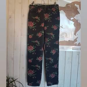 Supersnygga jeans från Monki, oanvända med prislappen kvar, säljer för de är för små för mig. Blommigt mönster, skitsnyggt nu till våren. Köptes för 500kr, köparen betalar frakt✨