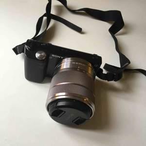 Kompakt systemkamera i modellen Sony nex-5, objektiv i modellen SEL1855. I gott skick. Laddare och kameraväska ingår, samt sladd för att kunna ladda in bilder i datorn. (Utfällbar display, se sista bilden). (Ursprungspriset var ca 5000kr).