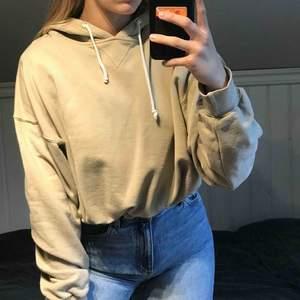 Säljer denna älskade beiga hoodie från Bikbok, eftersom jag för många hoodies. Det finns ett snöre rund midjan, så man lättare kan rulla upp hoodien. Den är i superfint skick, och i storlek S. Köpt för 500kr på bikbok förra året 🧡