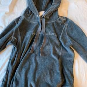 Mysig och skön grå hoodie ifrån stadium, märke champion, köpt för ett år sedan för priset 500, jag säljer för 300 kr pga att det är riktigt bra skick. Används inte därför säljs, har en till i röd! Det står large (barn storlek) jag är va 160 lång och den passar bra! Jag skulle säga storlek XS/S. Vid fler intresserade budgivning❤️