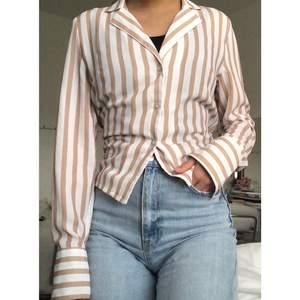 Supersnygg skjortblus från NA-KD med knyt!! 😍 Använd ett fåtal gånger.