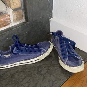 """Sänkta i pris! Super coola Converse all star mörkblå med mörkblå snörning, vit sula, och vita sömmar.💙 Köpta second hand och ändats tvättade och testade. Bra skick. Dm vid intresse/frågor/ fler bilder.❣️(Det kan du göra här under för det står """"kontakta"""") Avhämtning på Södermalm eller frakt till självkostnadspris.:)"""