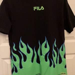 Fila t-shirt med grön eld. Jättesnygg och älskar den men den kommer tyvärr inte till användning:(