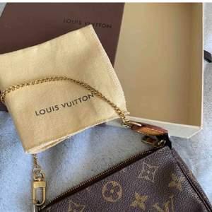 säljer denna fina louis vuitton väskan. den är äkta och inköpt för ca 2500kr, kvitto finns. skriv privat för frågor❤️ buda privat eller i kommentarerna, måtten är 16x11cm