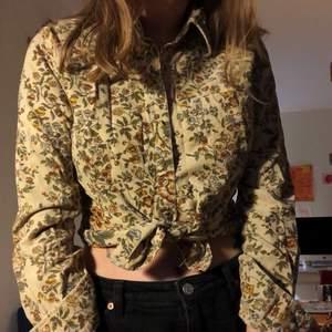 Blommig manchesterskjorta i storlek M. Men skulle säga att den är en storlek S. Fråga om du undrar något!