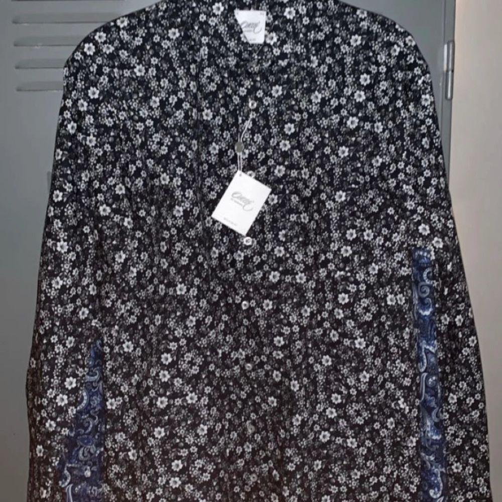 Oscar Jacobsson skjorta ALDRIG använd. Prislappar är kvar till och med. Säljer för att dom är för stora för mej!. Skjortor.