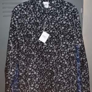 Oscar Jacobsson skjorta ALDRIG använd. Prislappar är kvar till och med. Säljer för att dom är för stora för mej!