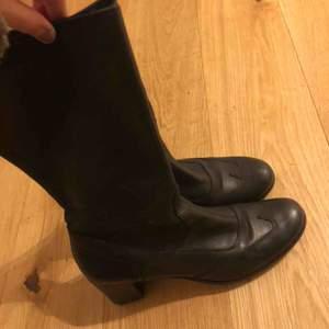 Asfina kortare stövlar som jag köpte på Stadsmissionen för ett tag sen. Har insett nu att de är för små. De är omklackade så båda skorna har alltså ny klack! Bra va?   Frakten blir runt 50 kr.