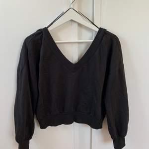 Superfin svart tröja från gina som är v-ringad både fram och bak!! säljer då den är kort i armarna på mig.. Storlek S. Pris: 180kr (köparen står för frakt!)🖤 skriv för fler bilder