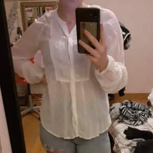 En vit genomskinlig blus som jag gärna knyter upp och hade haft med en lite finare bh under använder aldrig sånna här tröjor längre för jag mer gått över till t-shirt hela tiden. Jätte fin tröja och bra kvalitet köpt för 250 kr