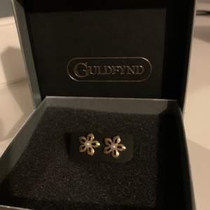 Guldiga små söta örhängen från guldfynd. Aldrig använda, ingen nickel. Pris 50kr + frakt (kan diskuteras om det är få intresserade). ✨✨