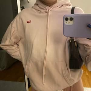 Jätte fin och mysig Lewis hoodie, ser ut som ny och kommer int till användning. Den är rosa med en vintage feeling. Buda i kommentarerna. Betalning sker via Swish