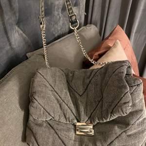 Super fin väska från zara i grått jeans material! Använd vid ca 3 tillfällen så väskan är i fint skick. Köparen står för frakt.