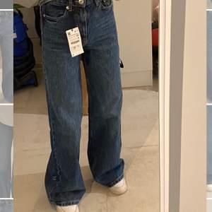 Ett par super snygga mörkblåa jeans Var tyvärr för långa på mig ( är 163cm). Helt oanvända och  köpta för 400kr!! Köparen står för frakten. 295kr💗