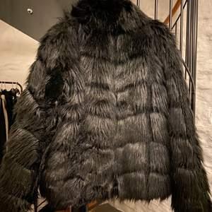 SUPERFIN jacka från Nelly knappt använd. Den värmer bra i kylan och är i nyskick. Storlek 38/ M