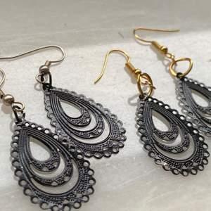 Juliga örhängen, handgjorda. Finns i silver och guld och kan vara en fin julklapp. Köp en för 30kr eller båda två för 55kr, frakt 11kr.