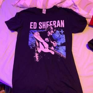En super fin Ed Sheeran tröja, köpt i Göteborg efter hans tour. Tyvärr kom den inte till så mycket användning. 10/10 har inga hål eller fläckar! Och knappt använd🔥🧡
