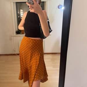 Prickig kopparfärgad kjol med volang från Cubus. Storlek 38, lite uttöjd vid midjan. Superfin, men säljer då den är för stor för mig. 90kr + frakt