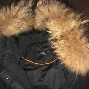 Säljer min fina jacka från Hollies i storlek 38, De är i helt nytt skicka, bara testad. Säljer pga att jag köpt en annan vinterjacka. Betalade cirka 4K för jackan på nätet, säljer för 2.5k. Äkta päls!