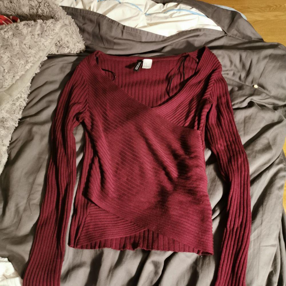 Säljer denna fina vinröda tröja i stl XS från HM. Använd 1-2 ggr men är som i nyskick! 100kr ink frakt eller möts i Stockholm. . Tröjor & Koftor.