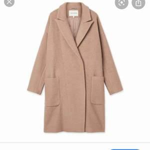 Skitsnygg kappa från Carin Wester, knappt använd! Storlek 38 men passar även 36 (Nypris 1000kr)   Säljs inte längre i butik.