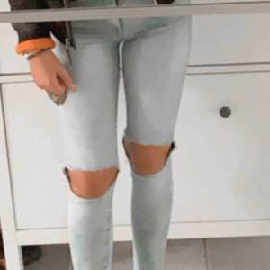 Slitna jeans med hål på knäna, super stretchiga och sköna! Lite högre i midjan.