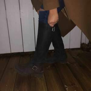Snygga, sköna vinter/hästskor ifrån din sko! Dragkedja för detalj där bak, skon öppnas genom en svart dragkedja på insidan som icke syns. Spännen på vardera fot. Hör av dig o kom me prisförslag💗 Nypris: 1200