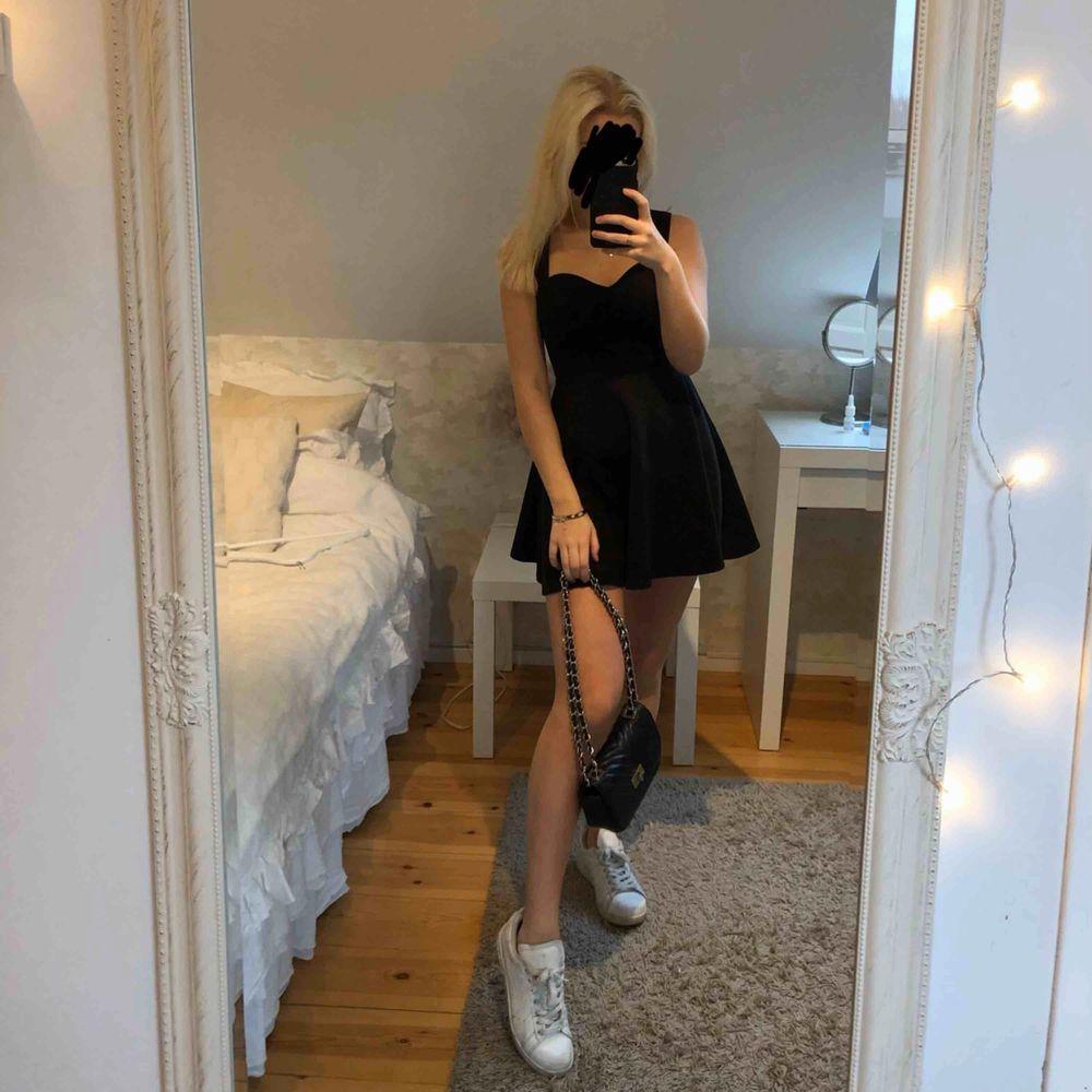 Svart miniklänning från Nelly.com. Storlek XS. Använd en gång.  Möts upp i Halmstad eller så står köparen för frakten. Betalning sker via swish.. Klänningar.