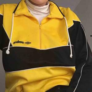 Cool & unik vintage tröja från Umbro. Sportigt material, kommer tyvärr inte till användning