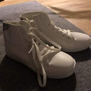 Sneakers / känga med liten flärp bakpå i zebrafärgat Supersköna! Blixtlås på insida an vristen